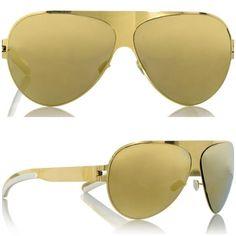 Desde que vi a SJP desfilando esses óculos dourado fiquei meio balançada, afinal adoro dourado e óculos de sol, mas esse é super 80's né? Marca Mikita, US$ 525 Carrie é Carrie, e como não moro em NYC (aff) e nem faço a linha super fashion escolhi como meu douradinho um Ray Ban bem menos …