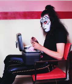 Kiss applying makeup before concerts | Considerable Peter Criss, Demon Makeup, Kiss Makeup, Face Makeup, Paul Stanley, Banda Kiss, Metallica, Kiss Group, Gene Simmons Kiss