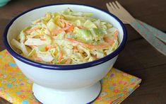 Tarifinde yer alan lahana, incecik rendelenmiş kuru soğan ve toz şekerli-mayonezli sos coleslaw'ı diğer salatalardan bir adım öteye taşıyor.