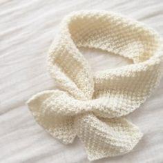 かのこ編みのぽこぽこ感が柔らかい手触りのキッズ用プチマフラーです。柔らかくふわふわな雰囲気を出すため、あえて白一色で仕上げました。とても上品な雰囲気になりますよ!片側だけ穴を開けています。そこにもう片方を通してお使いください。左右対称でも…片方を少し長めに引き出してアシンメトリーでも…結び目を後ろにしても…アレンジ次第で色々お楽しみいただけます!・羊毛に少し撚りをかけただけの毛糸を使いました。原毛の風合いに近いのでとても軽く柔らかい肌触りです。もちろん化学繊維は使っておりませんので、お肌の弱いお子様でも安心してお使いいただけます。手編みの暖かさをぜひ感じてください!・寒い冬もお外が大好きな子供たち。お出かけのアクセントにぜひいかがですか(^.^)・・material : メリノウール100%(made in Japan)size : 幅10cm・長さ60cmage : 1歳〜5歳(伸縮性がありますので幅広い年齢でお召しいただけると思います)#マフラー#天然素材#手編み#誕生日#クリスマス#プレゼント