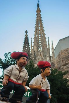 Caganers (typical figures for Christmas in Catalonia) amb la Catedral al fons | Barcelona