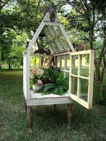 Here is a beautiful yard conservatory for which you'll find a step by step tutorial here. Now you just have to find the reclaimed windows to make it :-) houses old windows Mini Greenhouse, Greenhouse Plans, Greenhouse Wedding, Portable Greenhouse, Old Window Greenhouse, Homemade Greenhouse, Cheap Greenhouse, Outdoor Greenhouse, Outdoor Projects