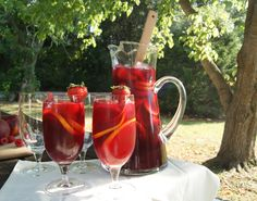 Sweet tea sangria made with Loveless Cafe sweet tea. (and a bunch more sweet tea recipes! Party Drinks, Fun Drinks, Yummy Drinks, Alcoholic Drinks, Beverages, Redneck Wine, Southern Sweet Tea, Iced Tea Recipes, Mixed Drinks
