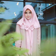 Most Gifts that Keeps fitness babes Hijab Style Dress, Hijab Outfit, Abaya Style, Beautiful Muslim Women, Beautiful Hijab, Hijabi Girl, Girl Hijab, Muslim Fashion, Hijab Fashion