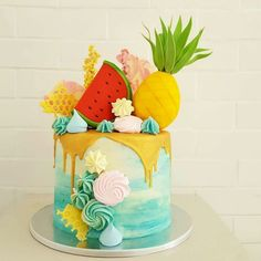 Everyone will ask how did you do this dessert? How did you decorate it? Now with one booklet, you will get the complete secrets.very easy. Hawaiian Birthday Cakes, Fruit Birthday Cake, Cute Birthday Cakes, Luau Birthday, Drip Cakes, Hawaii Cake, Hawaii Hawaii, Professional Cake Decorating, Pool Party Cakes