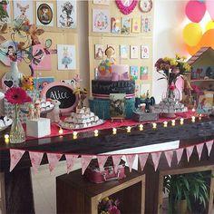 Festa fofíssima para menina, amei! Painel lindo cheio de quadrinhos fofos! Por @decoracaodobaile #kikidsparty