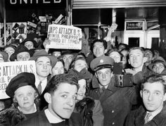 A crowd gathers in Times Square after the Japanese attack on Pearl Harbor. Several people hold a copies of the New York Enquirer with the headline 'Japs Attack U. Hawaii, Philippines, Bombed By Airmen! Remember Pearl Harbor, Pictures Of America, Weegee, Times Square New York, Imperial Japanese Navy, Pearl Harbor Attack, Military Veterans, Nbc News, American History