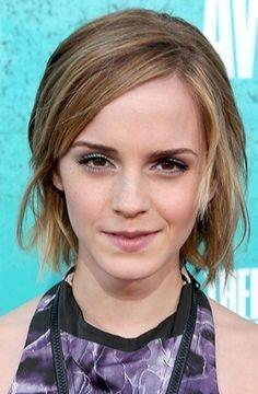 """Esse corte chanel da atriz Emma Watson é uma ótima inspiração para quem quer cortar o cabelo curto, e também pra quem está deixando crescer o corte """"joãozinho""""."""
