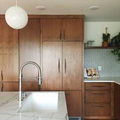 Modern Kitchen Cabinets, Wooden Cabinets, Modern Kitchen Design, Kitchen Interior, Kitchen Ideas, Modern Kitchens, Island Kitchen, Kitchen Small, Wooden Kitchen