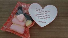 Afscheidscadeautje voor de klas: kleine cadeauverpakkingen van de hema, zelf gevuld met spekkies, drop en hartjes. 'Het zit d'rop! Wat was het weer een 'spek'taculair jaar. Ik wens je een 'hart'stikke fijne vakantie!'