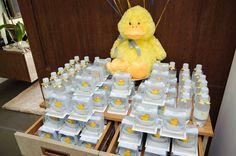 Para o chá de bebê do Luca, a mamãe, Fernanda Rolim, escolheu o tema patinhos! Na decoração, as cores amarelo e azul claro formaram a paleta junto com o br