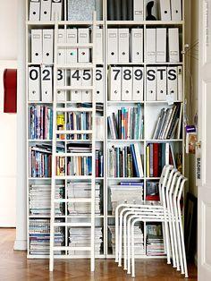 I den här ljusa lägenheten bor en hemkär inredare som är expert på smarta förvaringslösningar. Så här har hon skapat ett kombinerat bibliotek och arbetsrum i hallen.