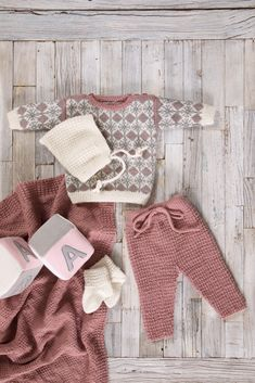 DG359-02 Mina babysett | Dale Garn Baby Barn, Knit Fashion, 4 Kids, Baby Knitting Patterns, Baby Wearing, Christmas Stockings, Diy And Crafts, Knit Crochet, Retro