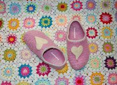Lisebethslykkebo: Hekle tovede tøfler med oppskrift. Crochet Slippers, Crocs, Fashion, Moda, La Mode, Fasion, Slippers Crochet, Fashion Models, Trendy Fashion