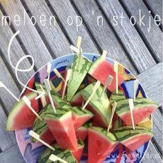 Meloen op een stokje, een gezonde traktatie Luau Birthday, Birthday Treats, Party Treats, Party Snacks, Veggie Display, Veggie Tray, Fruit Juice Recipes, Fruit Drinks, Bbq Desserts