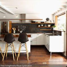 Eine Küche mit Deckenbalken und Holzboden klingt nach Landhausstil. Das muss aber nicht sein - mehr auf www.roomido.com.