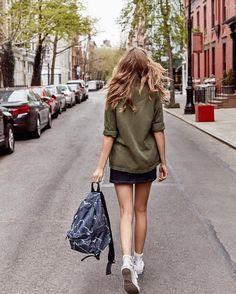 No place like NYC Haut: Urban Renewal Vintage Surplus - Chemise fonctionnelle surplus US verte Bas: BDG - Jupe crayon en jean noir Sac: Sac polochon style militaire imprimé camouflage