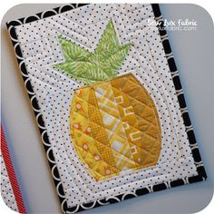 I finally broke down and made a pineapple mini. I'd seen a few that were patchwork squares and they were totally adorable! Pineapple Quilt Pattern, Hawaiian Quilt Patterns, Hawaiian Quilts, Quilting Projects, Quilting Designs, Sewing Projects, Quilting Ideas, Hanging Quilts, Quilted Wall Hangings