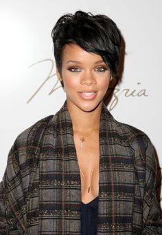 rihanna neutral eyeshadow and pink lips and blush! Rihanna Beauty