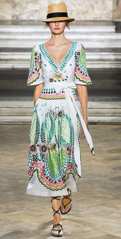 The complete Temperley London Spring 2016 Ready-to-Wear fashion show now on Vogue Runway. Fashion Week, Runway Fashion, Spring Fashion, Fashion Show, Fashion Design, London Fashion, Mode Instagram, London Spring, Spring Summer 2016