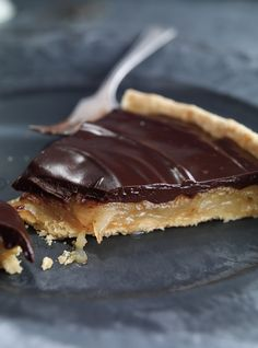 Ricardo& recipe : Caramelized Pear and Chocolate Tart Chocolate Pie Recipes, Chocolate Pies, Pie Dessert, Dessert Recipes, Just Desserts, Delicious Desserts, Ricardo Recipe, Caramel Tart, Tarte Caramel