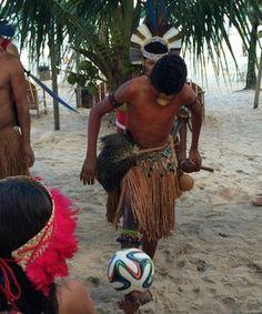 Índios cantam e dançam para suíços, que retribuem com bola da Copa Aldeia formada por pataxós de Porto Seguro faz festa, com presença do lateral Ziegler, e de secretário geral da Associação Suíça de Futebol (Foto: Thiago Quintella)