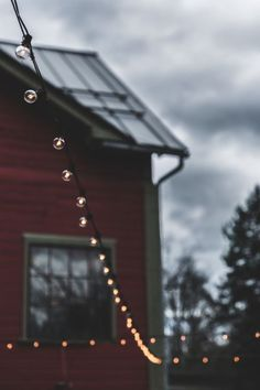 samsung wallpaper autumn Beautiful outdoor lights outside a red house. Trendy Wallpaper, Wallpaper Backgrounds, Wallpaper Doodle, Aesthetic Photo, Aesthetic Pictures, Film Photography, Nature Photography, Autumn Cozy, Jolie Photo