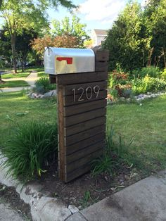 Amazing modern mailbox design with silver color metal box and red flag and brown wooden post. Geronk home interior exterior designs Mailbox Makeover, Diy Mailbox, Modern Mailbox, Mailbox Ideas, Mailbox Post, Dark Walnut, Walnut Wood, Interior Minimalista, House Numbers