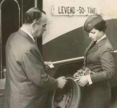Türkiye'nin ilk kadın İETT biletçisi Ayşe Tuncalılar bilet kesiyor..1960'lar