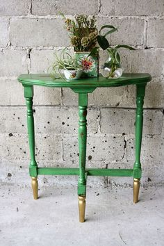 love this color combo for the chair the best so far!      Kelly green & gold 3 legged table