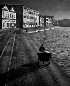 As Evening Hurries By, 1955 (Article on the Hong Kong street photography of Fan Ho--astounding use of light. Fan Ho, Black White Photos, Black And White Photography, Black Picture, Street Photographers, Classic Photographers, Urban Life, Love And Light, Old Photos