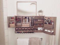 Una increíble manera de ahorrar espacio y acomodar tu maquillaje de la mejor manera. #MakeUp #Organizer #Tocador