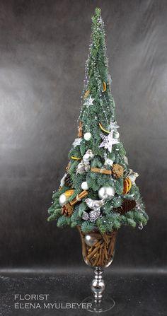 Дизайнерская ёлка из лапника , украшенная шишками, корицей и игрушками Christmas Tree Topiary, Real Christmas Tree, Christmas Tree Crafts, Xmas Wreaths, Christmas Wood, Xmas Tree, Christmas Holidays, Christmas Ornaments, Mery Crismas
