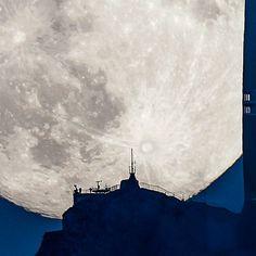 月でかっ!!スイスで観測されたスーパームーンがゴージャスすぎる – Supermoon Rising Above a Swiss Peak | STYLE4 Design