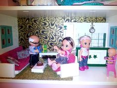 Salon- cocina casa de muñecas. Niña cuatro años. Dollhouse.