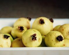 Guava contain antioxidants, vitamin C, potassium, and fiber, which are beneficial for health Guava Nutrition, Banana Nutrition, Proper Nutrition, Health And Nutrition, Teeth Rotting, Banana Seeds, Different Fruits And Vegetables, Seasonal Fruits, Guava Fruit