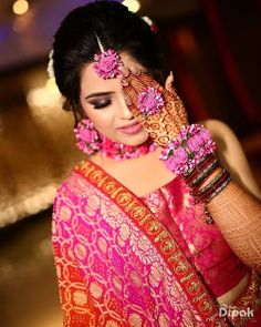 Love this indian brides pink floral jewellery. Indian Bride Poses, Indian Bridal Photos, Indian Bridal Fashion, Indian Wedding Couple Photography, Wedding Photography Poses, Mehendi Photography, Bridal Poses, Bridal Photoshoot, Flower Jewellery For Mehndi