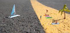 Seit 2006 versorgt der britische Street-Artist Slinkachuseine Follower auf Instagram mit immer neuen Miniatur-Bildern, auf denen winzige Modelleisenbahnfiguren um die…