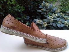 Zapato-Alpargata, fabricada en piel de avestruz de color cuero, con piso de esparto cosida a mano, con hilo de esparto y hecho artesanalmente.La suela va revestida y protegida de una capa de goma antideslizante.Su fabricación es ultra-ligera y de alta calidad.  Se puede llevar con bolso  en piel de la firma Yanko en color cuero. see more on:www.zapateriasusos.com