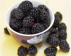Alle sommerens skønne bær, kan nydes i en hjemmelavet kompot. Prøv denne brombærkompot, som er en sød makker til is og andet godt... Smagen af sommer! Blackberry, Fruit, Food, Blackberries, Hoods, Meals, Rich Brunette