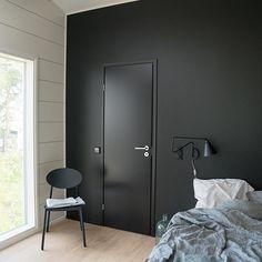 En glatt dør er perfekt til å fremheve en av rommets øvrige farger.  #swedoor #swedoorno #semindør #mindrømmedør #endørgjørforskjell #jegelskerdører #stable #dør #innerdør #ytterdør #interiør #innredning #inspirasjon #boligunivers #nybygg #renovering #oppussing #nyedører #boligmedstil #nordicliving #dørløsninger #dørunivers Tall Cabinet Storage, Locker Storage, Barn Door Handles, Black Interior Doors, House Design, Interior Design, Bedroom, Furniture, Living