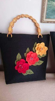 It reminds me of my felt flower bag. Handmade Fabric Purses, Handmade Bags, Felt Purse, Flower Bag, Patchwork Bags, Bag Patterns To Sew, Denim Bag, Fabric Bags, Zipper Bags