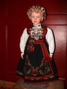 Dukke kledd i Anne Bamle-/Heddalsbunad ;)