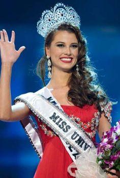 """Stefanía Fernández, Miss Universo 2009, lamentó la situación que vive Venezuela y abogó para que las personas que la dañaron """"reflexionen y entreguen al país a gente que si lo ame, lo respete y le de el valor que se merece"""".</p>"""