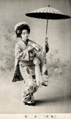 Geisha Koyakko (小奴) of the Shinbashi hanamachi (geisha district) in Tokyo. 1910's.  ☀