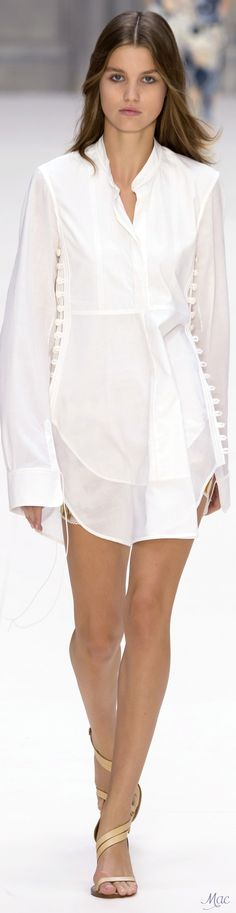 Chloé Spring 2017 Ready-to-Wear Fashion Show - Chloé Spring 2017 Ready-to-Wear Collection Photos - Vogue Fashion Mode, Fashion Week, Fashion 2017, Runway Fashion, Fashion Show, Fashion Design, Fashion Trends, Paris Fashion, Fashion Details