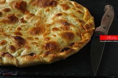 La focaccia senza lievito con formaggio al rosmarino è una focaccia velocissima, dal delicato sapore aromatico che si sprigiona dal suo cremoso ripieno.