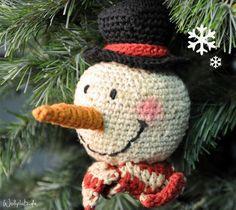 Dieser liebe Schneemann möchte wirklich gerne gehäkelt werden. Darf er diesen Winter in Ihrem Wohnzimmer lächeln? Hier geht's zur gratis Anleitung: http://www.wollplatz.de/blog/schneemann-hakeln/