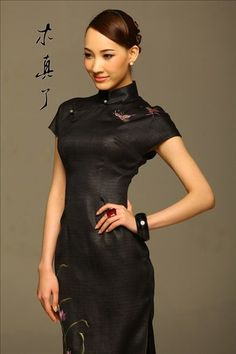 Butterfly. Elegant Embroidered Chinese Paint Qipao Dress