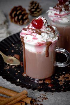 Heiße Schokolade mit Kirschen und Sahne